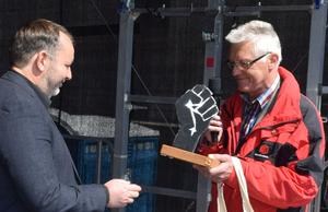 IG BAU -Vorsitzender Rudi Wiggert überreicht DGB-Regionschef Techen Willkommensgeschenk