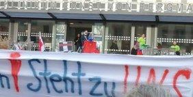 Protestierende Mitarbeiter vor Klinikum Potsdam